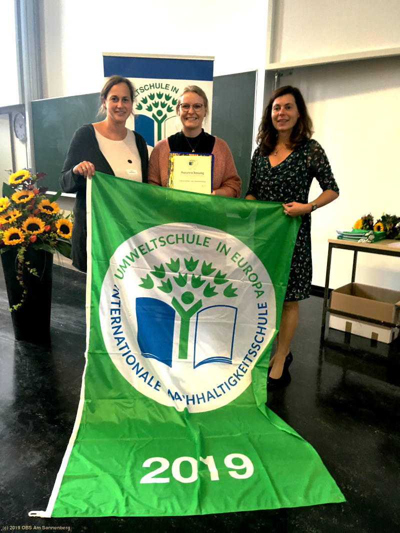 Feierliche Übergabe der Urkunde durch die Landeskoordinatorin Fr. M. Cronshagen
